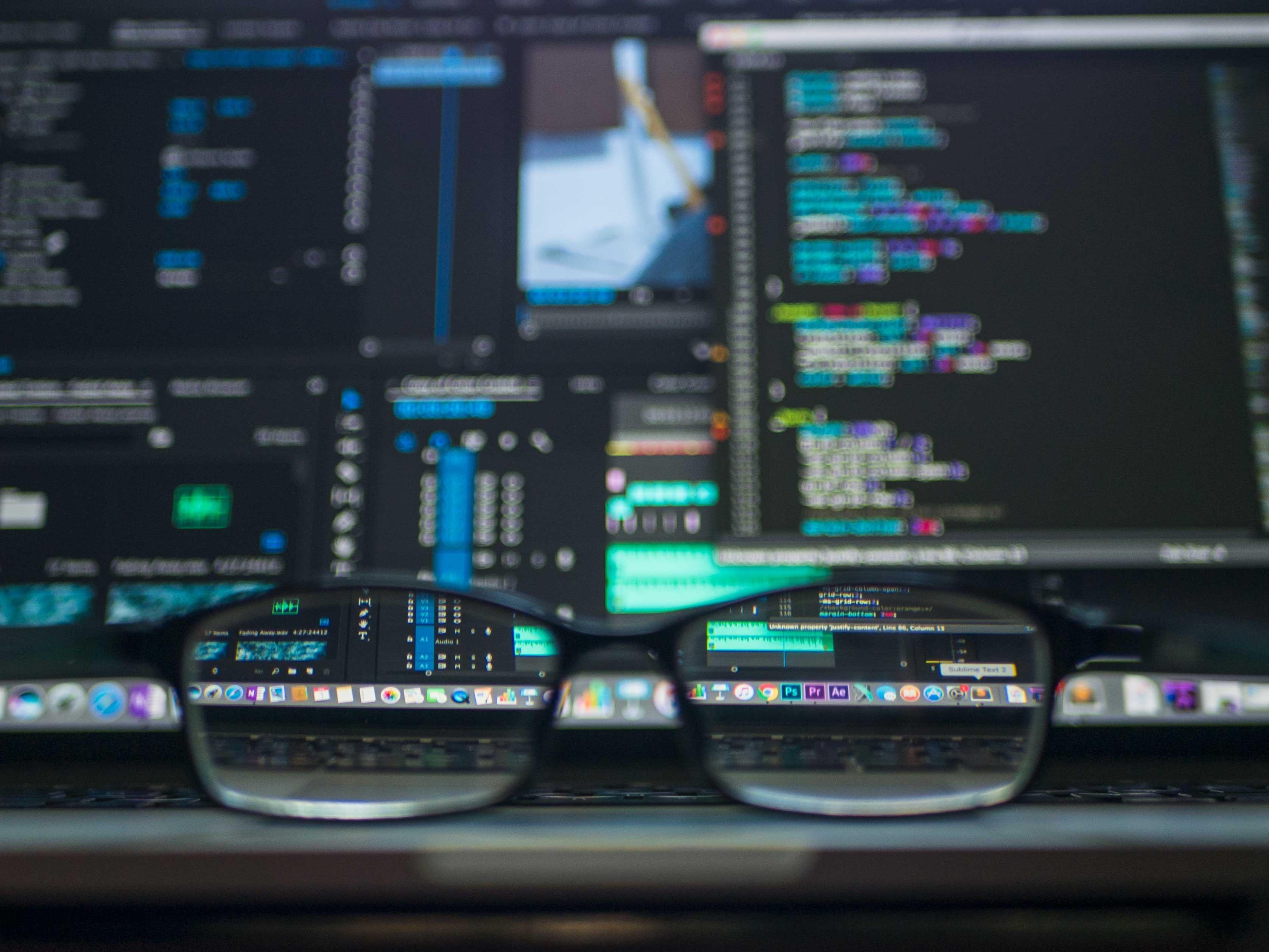 Glasögon framför dataskärm